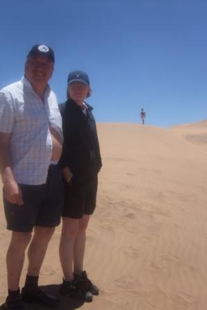 """På turen ble det også tid til å hoppe rundt i sanden og kjøre """"berg og dalbane"""" med bilene. """"Det kilte i magen mamma!!"""""""