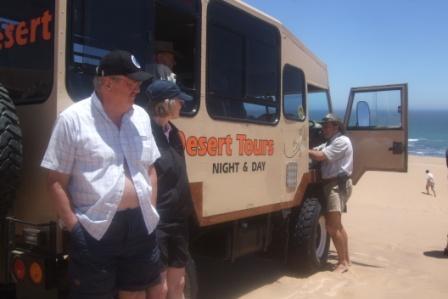 På ørkensafari med Tommy. Vi fikk se både slanger, kameleoner og andre kryp som lever i sanddynene. Man skulle kanskje ikke tro det, men i sanden er det et yrende dyreliv!