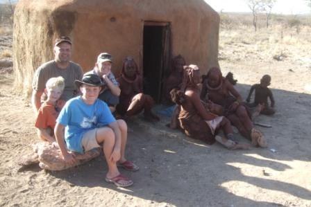 Ute av parken og på besøk hos Himbaene i Kamanjab. For vårs gutter som er født i den moderne tidsalder var det nok litt av et sjokk å se at disse menneskene faktisk bor i jordhytter og lever et meget primitivt liv, selv i år 2010.