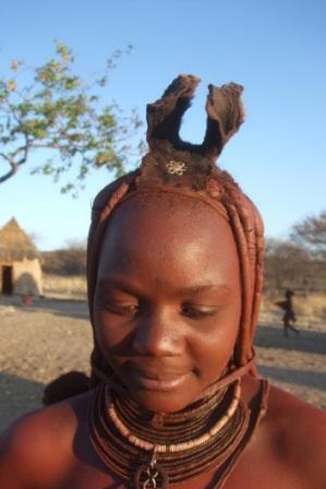 Himbaene vasker seg ikke, de bare smører seg inn med fett og leire. Det fungerer visst også som en slags solkrem, og det beskytter huden.