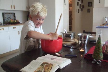 Knut baker noe vi antar må ha vert Namibias største glutenfrie pepperkakemann. Kanskje Afrika`s største også tror vi...