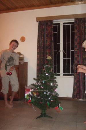"""""""Når nøttene blir lange.."""" Pynting av juletre på Knutsen`s vis..."""