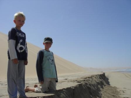 """Artig for ungene med sand i håret, nesa, ørene og andre hulrom... Hørt på turen: """"Er det mulig å bli SÅ fulle av sand da!"""" Jonas: """"Ja hva tror du.... Vi er jo i ørkenen..."""""""