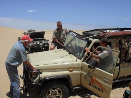 Den frontruta var det bare å kaste, og etter iherdig mekking kunne Pete guide oss videre ut av ørkenen.