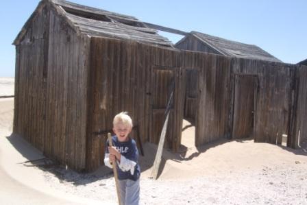 Flere steder kom vi over hytter som bare ble forlatt. Sanden har begravet en del men fortsatt står det senger og bord intakt her. Da gruvene begynte å gå dårlig på midten av 70 tallet, trakk flere aktører seg ut og dro til sør Afrika, der de virkelig store forekomstene nå blomstrert.