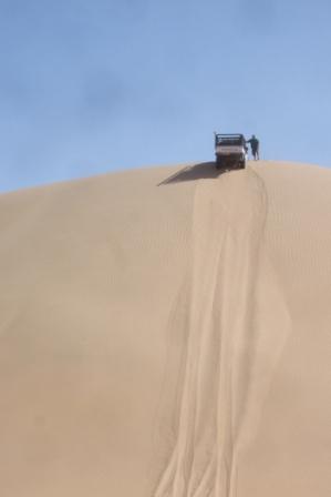 Full fart for å komme seg opp på toppen... Men det ble dit og ikke lenger for Grant, som måtte taues ned igjen.