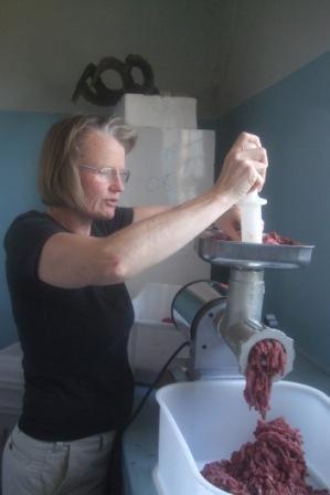 Anita er ikke fremmed for å jobbe på kjøkkenet, selv om hun lurte litt på hva Ruth ville ha sagt om biffene hun skar he he...