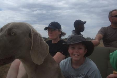 Jonas er lykkelig når vi kjører tur på farmen. Vinden blåser i håret og livet er i grunn ganske ålreit... Det syns Hippi også.