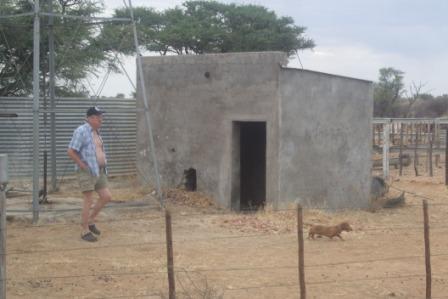 Vi har sjekket vannet på Lekkerwater og det ser ut som Bernt er fornøyd, dachsen Rufus er ihvertfall det.