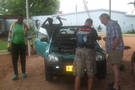 En lykkelig Daniel med sin nye bil, dette er en lang historie med en motor som havarerte og Anders som fikk skaffet og skipet ny fra Norge... Det er bare i eventyr slikt skjer i Afrika, og Daniel har fått seg en ny helt!!!