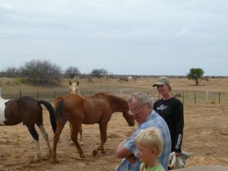 Bernt tar en hesteprat. Han var også lærer på skolen vår denne dagen, og på planen stod kristendom og livssyn