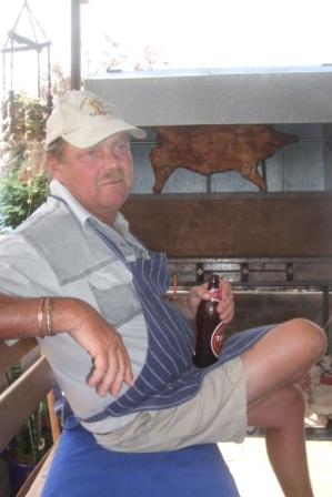 I Namibia griller de alltid stort, så også på nyttårsaften. Arno er chef og på menyen står helstekt gris...