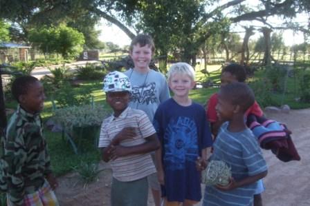 Disse gutta syns nok Knut hadde en veldig kuul cap, for de ville låne den alle sammen:-)
