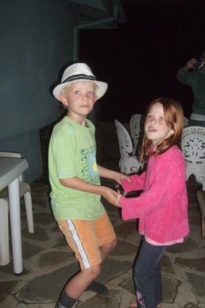 Knut er ikke redd for å be jentene opp til dans, og det liker de!!!