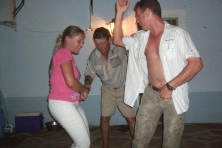 Rett før naboene kaster klærne!!! Neida...tror det er en slags strutsedans...?