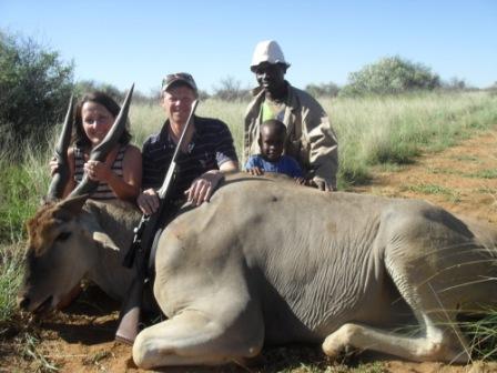 En Eland hadde forvillet seg over til naboen og endte sine dager der. Dette er det største av antilopedyra og de kan ha en matchvekt på 800 kg. Skulle jo hatt et jaktbilde av Kåre og vortesvinet han skjøt, men det bildet befinner seg vel på Ugla nå...? Daniel og Karueto er med og hjelper til.
