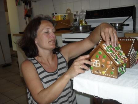Trine er ikke snau... Hun satte like gjerne sammen et pepperkakehus etter modell av huset vårt hjemme i Lier. Makan har de ikke sett på farmen før ihvertfall!!!